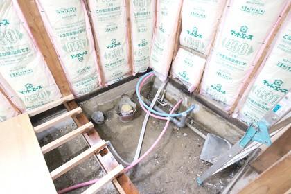 給湯機の配管を中に引き込みお風呂と洗面台につながるよう設置します。