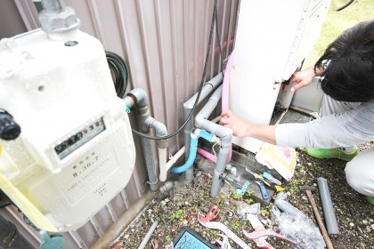 外にある給湯機の管を新しいものに交換します。