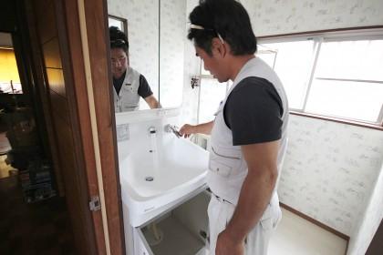 新しい洗面台を設置、配管作業が完了したら水やお湯がきちんとでるか確認をします。