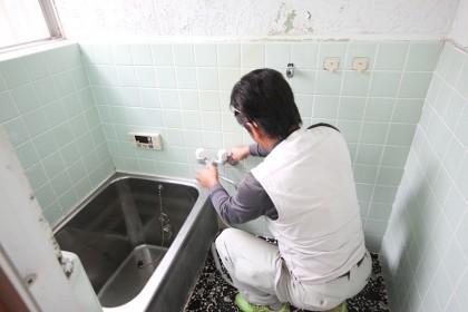 お風呂の蛇口など水回りの部品を分解していきます。